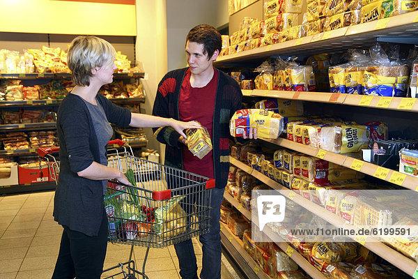 Kunden kaufen abgepacktes Brot  Toastbrot  Lebensmittelabteilung  Supermarkt  Deutschland  Europa