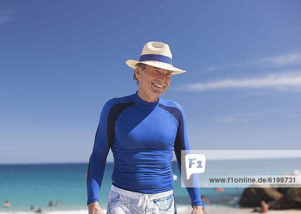 stehend  Europäer  Mann  lächeln  Strand