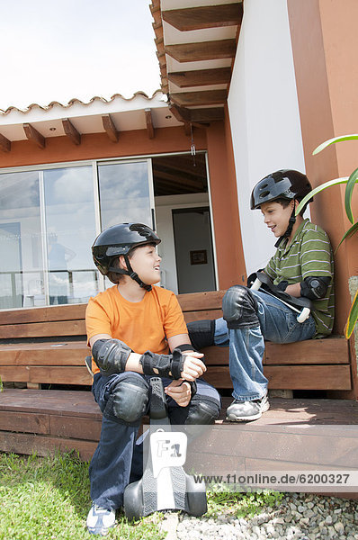 Helm Junge - Person Hispanier halten Skateboard