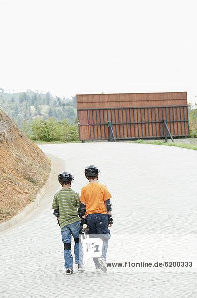 hoch  oben  Helm  tragen  Junge - Person  Hispanier  Fernverkehrsstraße  Skateboard