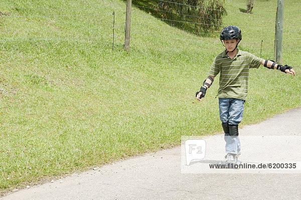 Junge - Person  fahren  Hispanier  Fernverkehrsstraße  Skateboard