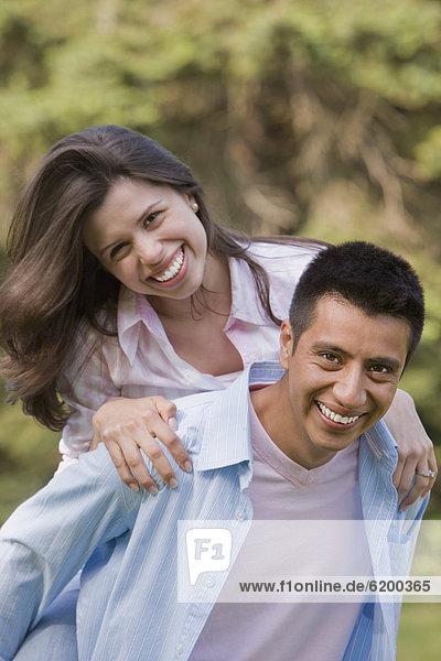 Mann  geben  Ehefrau  fahren  Hispanier  huckepack  mitfahren
