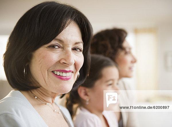 Lächelnde Frau mit Familie