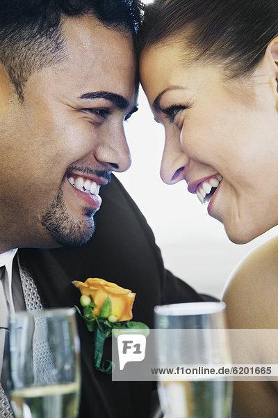 Braut  Bräutigam  lächeln  multikulturell