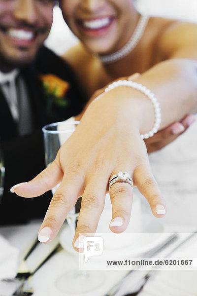zeigen  Braut  Bräutigam  multikulturell  klingeln