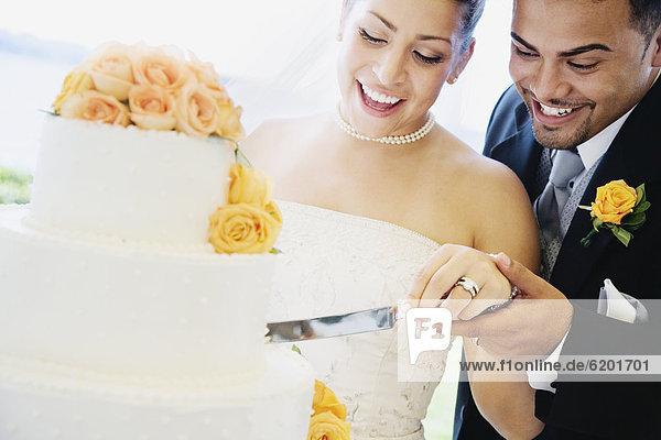 Braut Bräutigam schneiden Kuchen multikulturell