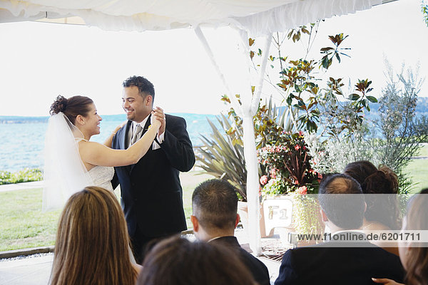 Braut  Bräutigam  tanzen  multikulturell