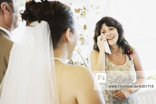 weinen  Frau  sehen  Braut  gehen  Gang