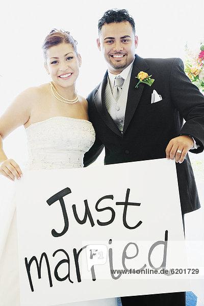 Braut  Bräutigam  halten  Zeichen  multikulturell  Signal
