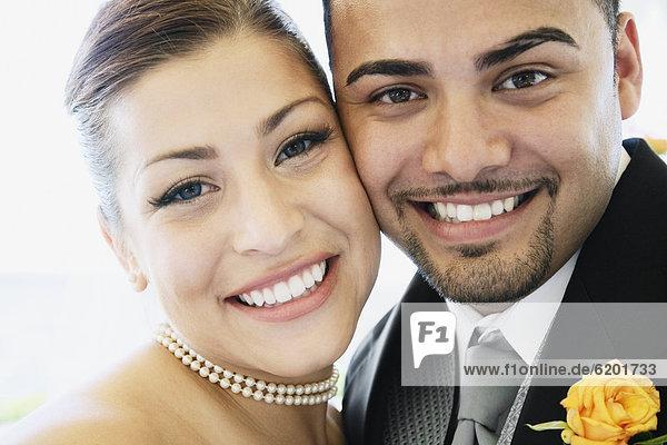 umarmen  Braut  Bräutigam  multikulturell