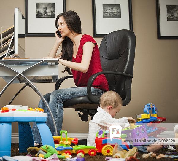 Europäer Frau arbeiten Fürsorglichkeit Heimarbeitsplatz