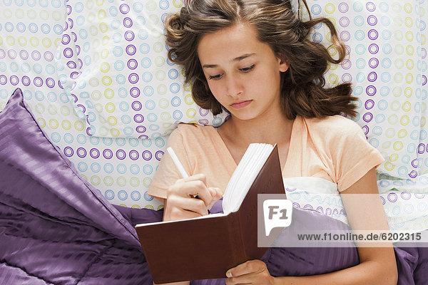 liegend  liegen  liegt  liegendes  liegender  liegende  daliegen  Jugendlicher  Europäer  schreiben  Bett  Zeitschrift