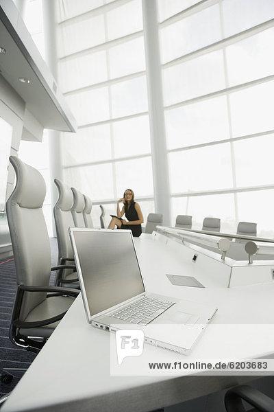 Geschäftsfrau  Notebook  Geschäftsbesprechung  Zimmer  Konferenz