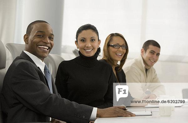 Mensch Pose Menschen Geschäftsbesprechung Besuch Treffen trifft multikulturell Business