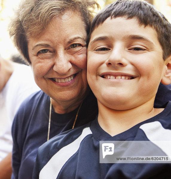 lächeln  Hispanier  Großmutter  Enkelsohn lächeln ,Hispanier ,Großmutter ,Enkelsohn
