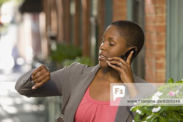 Handy  Außenaufnahme  Geschäftsfrau  sprechen  freie Natur