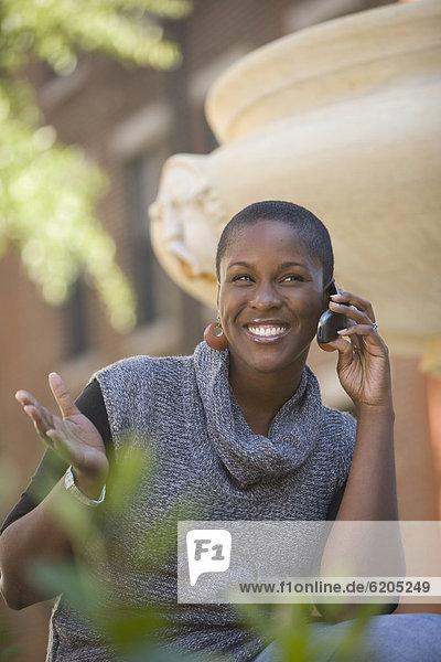 Handy  Außenaufnahme  Frau  sprechen  freie Natur