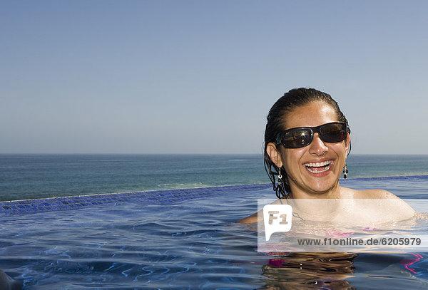 Frau  Fröhlichkeit  Hispanier  schwimmen Frau ,Fröhlichkeit ,Hispanier ,schwimmen