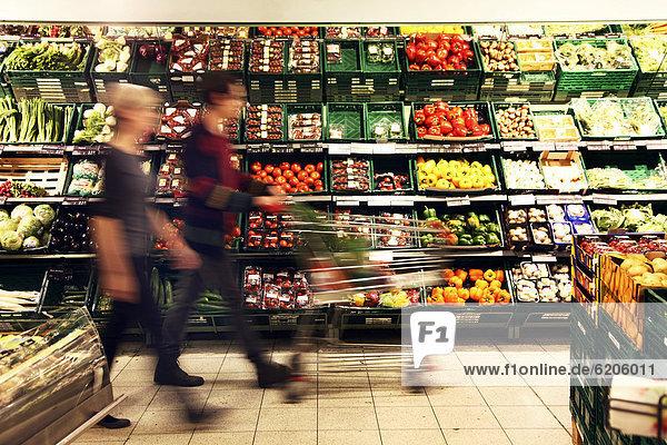 Frischetheke  Paar beim Einkauf von Gemüse  Lebensmittelabteilung  Supermarkt  Deutschland  Europa