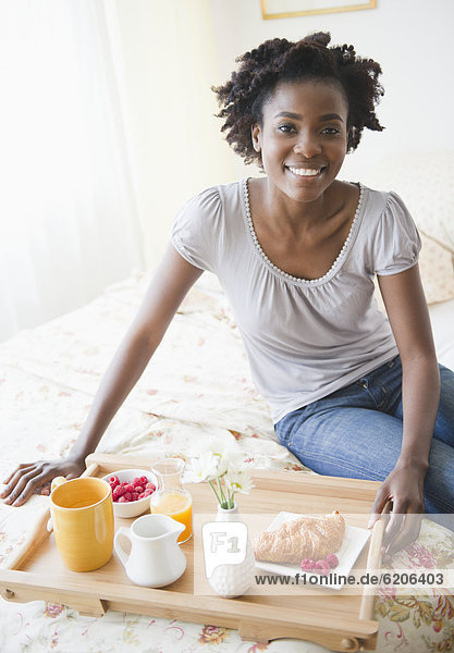 Frau  Bett  schwarz  Frühstück