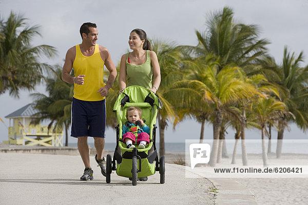 schieben  Hispanier  Kinderwagen  joggen  Baby