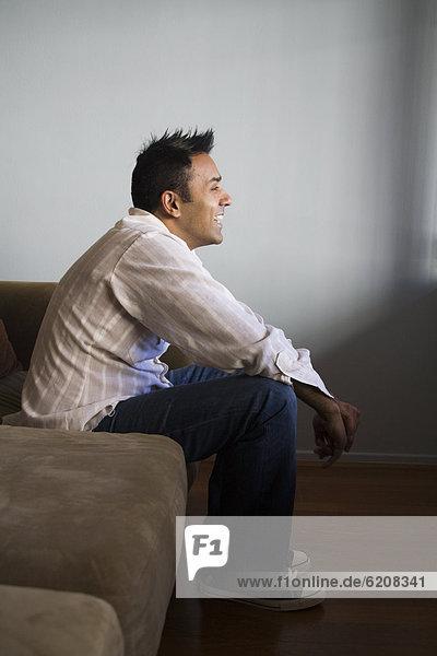 sitzend  Mann  Couch  lächeln  mischen  Mixed