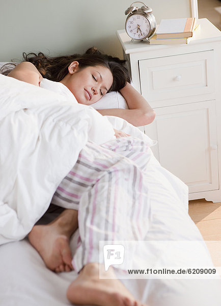 Frau  Bett  schlafen  mischen  Mixed