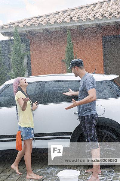 fallen fallend fällt Auto waschen Hispanier Regen
