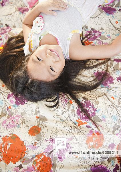 liegend  liegen  liegt  liegendes  liegender  liegende  daliegen  lächeln  Bett  südkoreanisch  Mädchen
