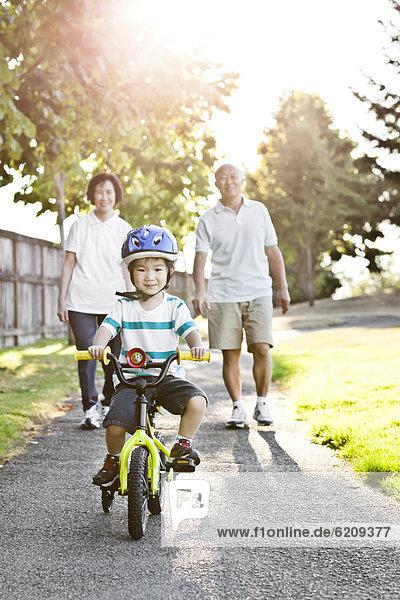 sehen  fahren  chinesisch  Großeltern  Enkelsohn  Fahrrad  Rad