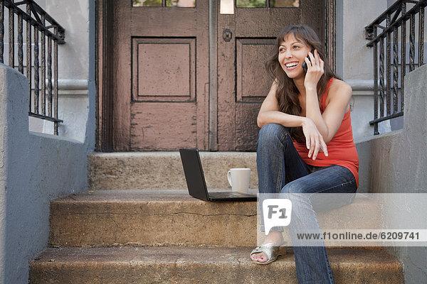 Handy  sitzend  Frau  Notebook  frontal  mischen  Mixed