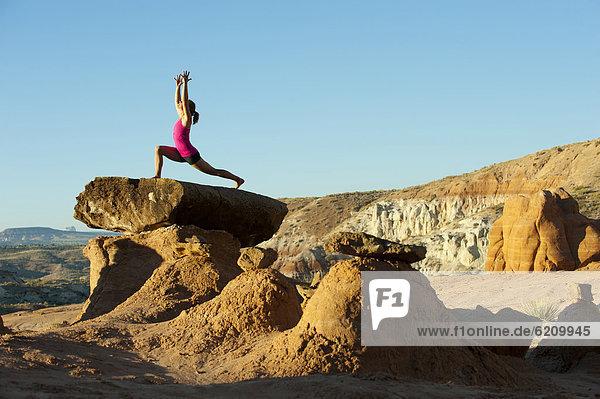 Felsbrocken  Europäer  Frau  üben  Anordnung  hoch  oben  Yoga