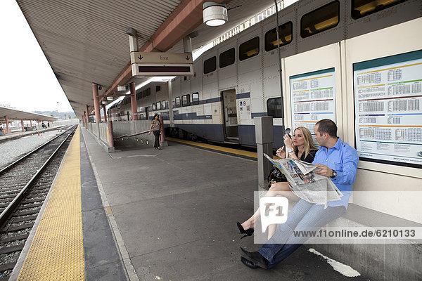 sitzend  warten  Plattform  Zug