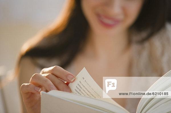 Frau  Buch  mischen  Taschenbuch  Mixed  vorlesen