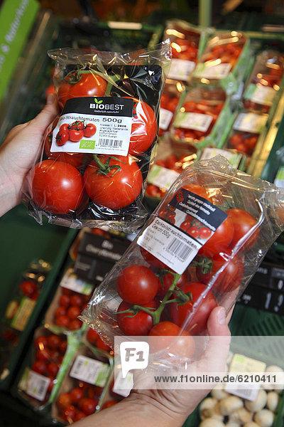 Tomaten aus Bio-Anbau in Klarsichtverpackung  Lebensmittelabteilung  Supermarkt  Deutschland  Europa