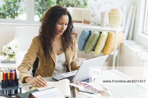 sitzend  benutzen  Geschäftsfrau  Schreibtisch  Notebook  Hispanier