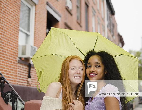 Außenaufnahme  Freundschaft  teilen  Regenschirm  Schirm  freie Natur