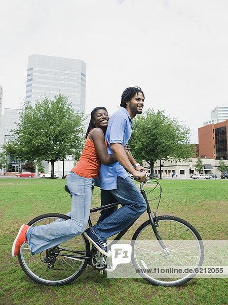 Städtisches Motiv  Städtische Motive  Straßenszene  Straßenszene  fahren  Fahrrad  Rad