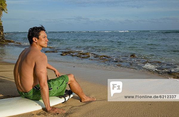 sitzend  Mann  Strand  Surfboard  japanisch