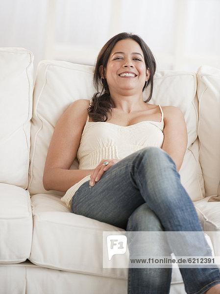 sitzend Frau Couch Hispanier