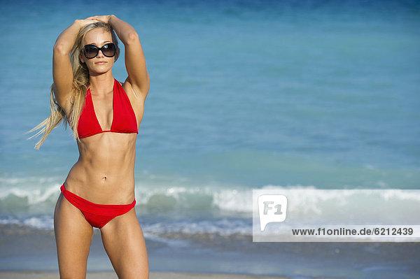 stehend  Europäer  Frau  Strand  Bikini