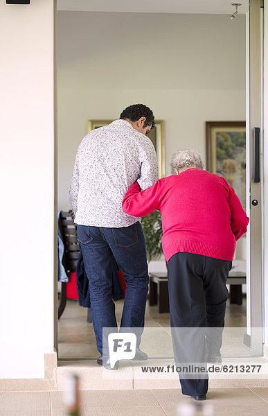 Mann  gehen  Hilfe  Hispanier  Großmutter