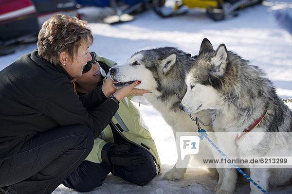 Frau  Junge - Person  Hispanier  Hund  streicheln