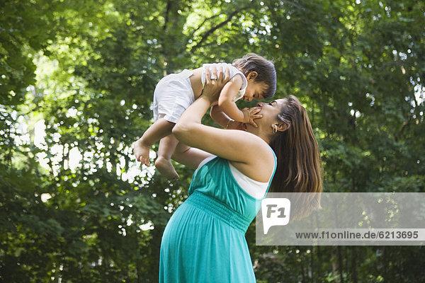 Frau Junge - Person heben Hispanier Schwangerschaft Baby