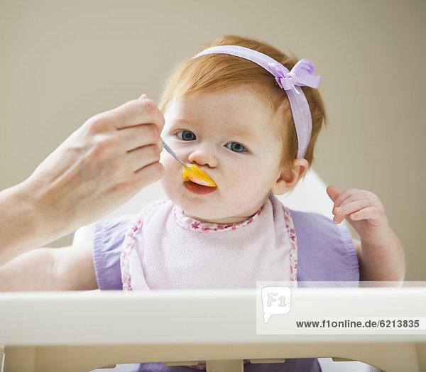 Europäer  Mädchen  Mutter - Mensch  Baby  füttern