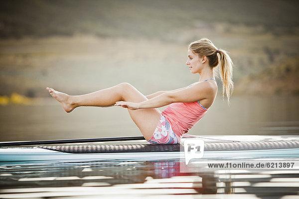 einsteigen  Europäer  Frau  üben  Paddel  Yoga
