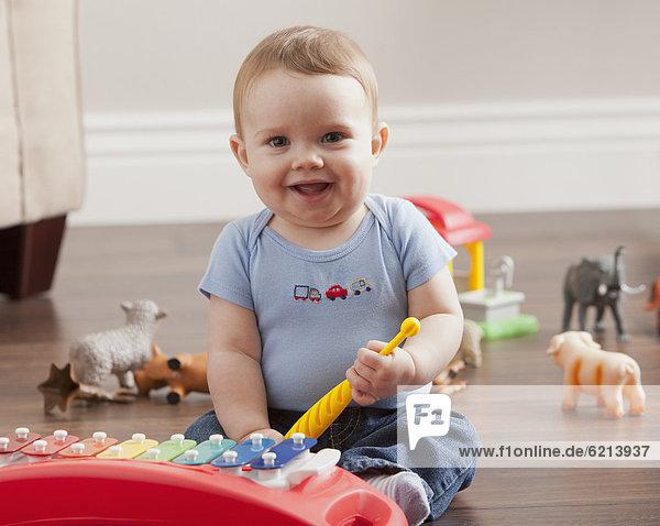 Europäer  Junge - Person  Baby  spielen  Xylophon