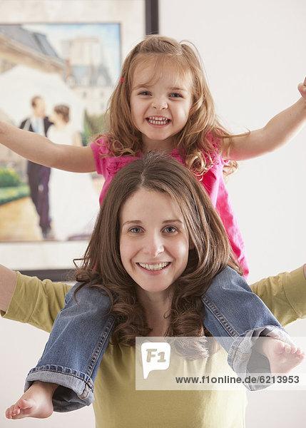 Europäer  tragen  Menschliche Schulter  Schultern  Tochter  Mutter - Mensch