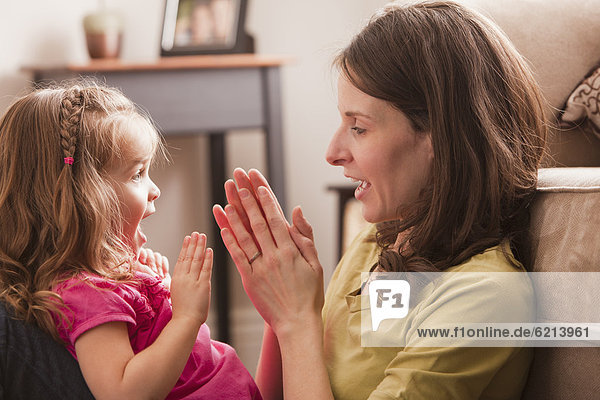 Europäer  klatschen  Spiel  Tochter  Mutter - Mensch  spielen