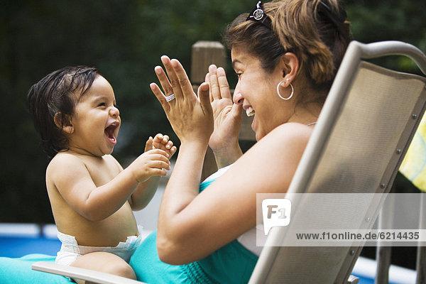 Junge - Person Hispanier Mutter - Mensch Baby spielen